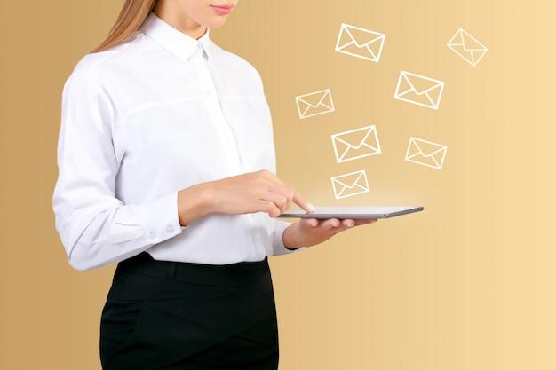デジタルタブレットを使用してビジネスのためのメールを送受信する女性の手。 Premium写真