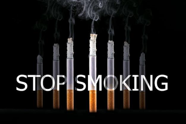 Сжигание сигарет и знак бросить курить. концепция не курить. Premium Фотографии