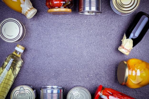 Различные консервированные овощи, мясо, рыба и фрукты в жестяной и стеклянной банке. Premium Фотографии