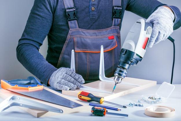 大工のワークショップで家具を作る男性の手のクローズアップの肖像画。 Premium写真