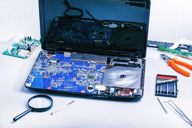 ノートパソコンの修理修理用コンピューターの職場。 Premium写真