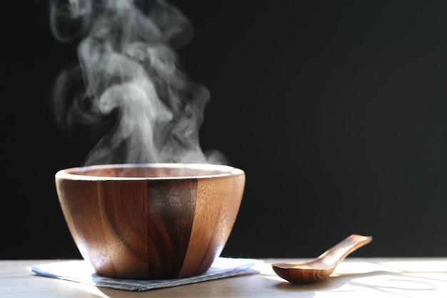 カップの熱いスープで上がる煙の選択と集中 Premium写真