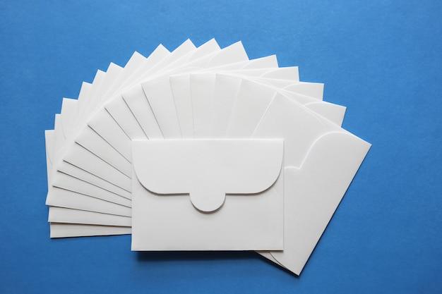 青い背景に白い封筒の手紙 Premium写真