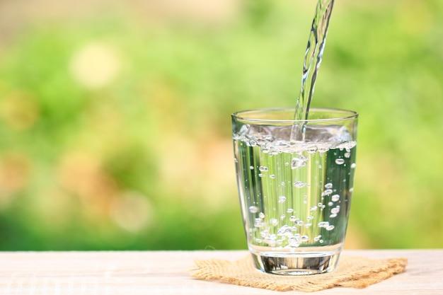 Крупным планом стакан воды Premium Фотографии