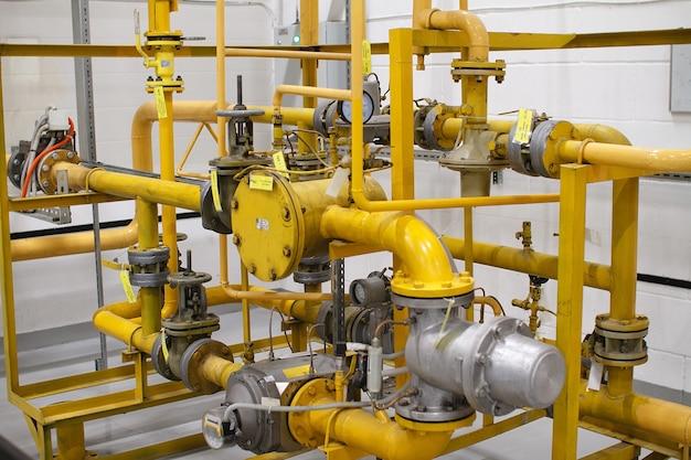 調整センサー付きの黄色の高圧ガスパイプラインパイプ。 Premium写真