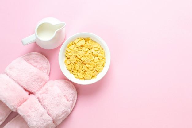 薄ピンクのフェイクファースリッパと飲料の組成 Premium写真