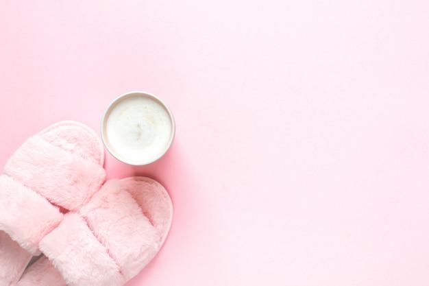 フェイクファースリッパとライトピンクのヘルシーな朝食の構成 Premium写真