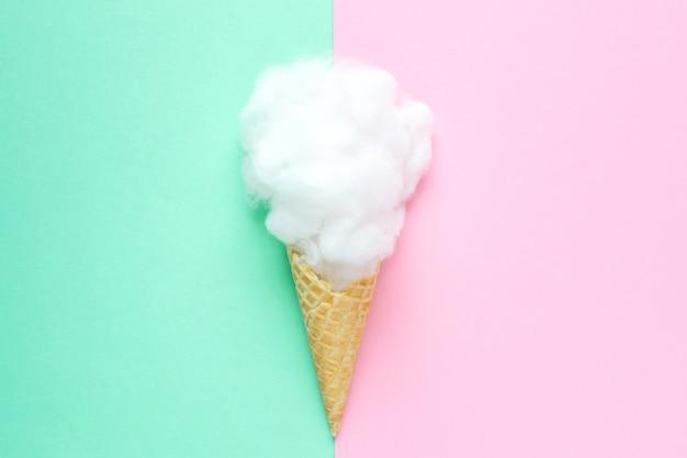 Композиция мороженого с розовым пучком мочалки на голубом Premium Фотографии