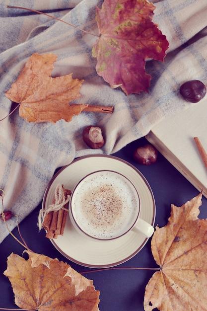 ホットコーヒーとカップカプチーノ秋の時間黄色の葉栗 Premium写真
