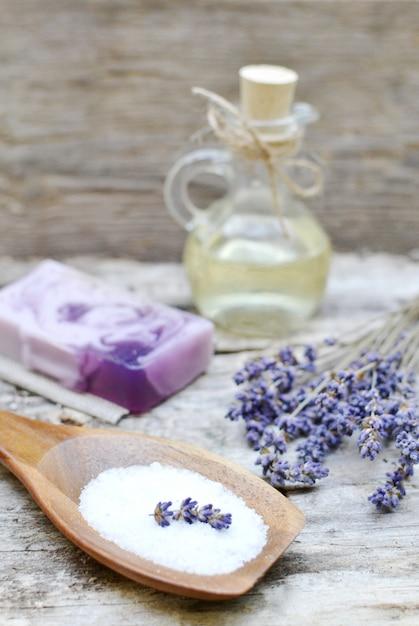自家製ボディラベンダー塩スクラブ石鹸オイル美容コンセプトの天然成分 Premium写真