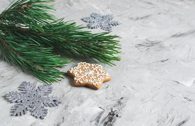Новогоднее украшение природный декор новогодняя вечеринка концепция урожай джингл белл венок ель филиал серый фон Premium Фотографии