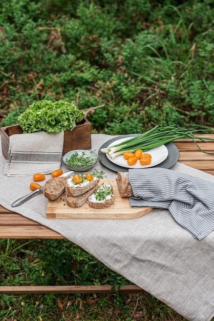 Тост со сливочным сыром и микро салатом, концепция здорового питания Premium Фотографии