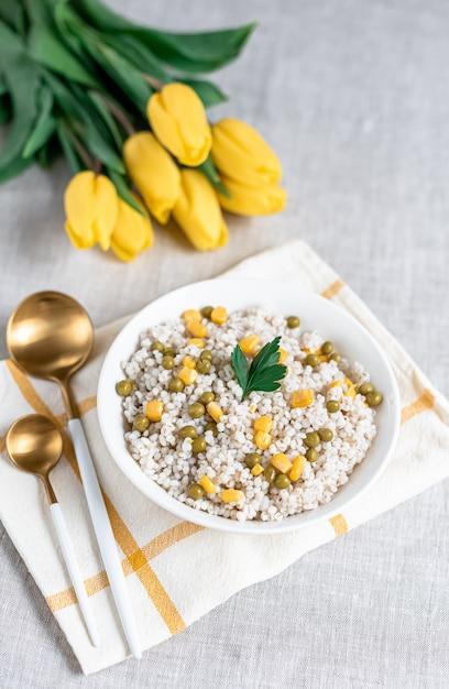 Перловая каша с овощами, концепция здорового питания, завтрак Premium Фотографии
