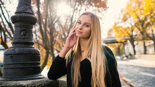 笑顔の美しい女性は秋の肖像画を間近します。フランス・パリ。 Premium写真