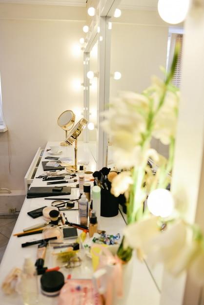 Шкаф с косметическим столиком и косметическими принадлежностями Premium Фотографии
