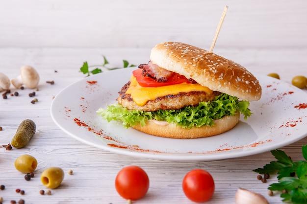 Бургер на деревянный свет, фаст-фуд, уличная еда Premium Фотографии