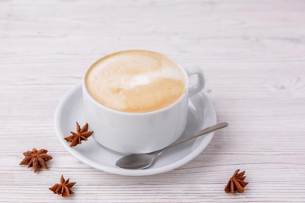 白いカップでカプチーノコーヒー白い木製メニュー Premium写真