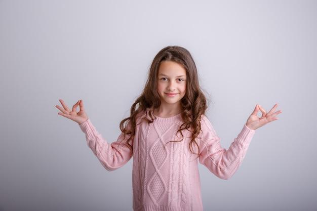 Красивая девушка медитирует Premium Фотографии