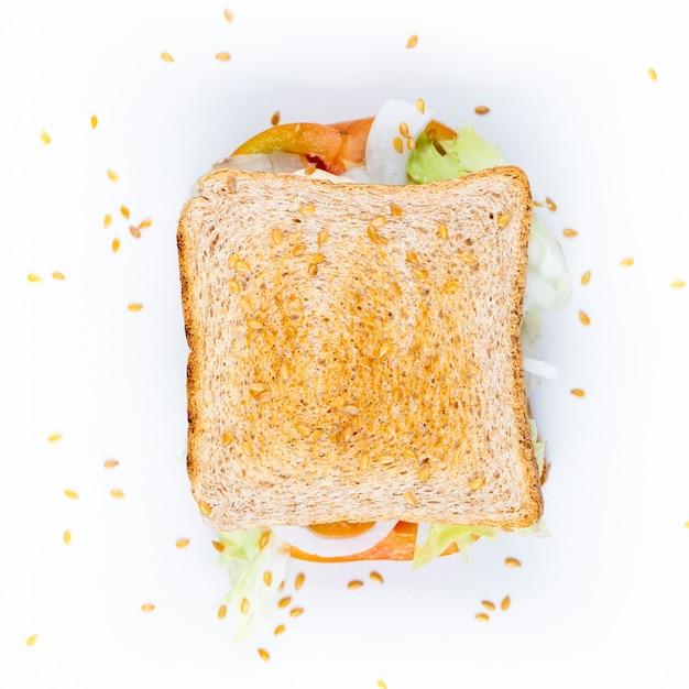 クラブサンドイッチ、トマト、玉ねぎ、ゴマ、サラダを白で隔離されます。 Premium写真