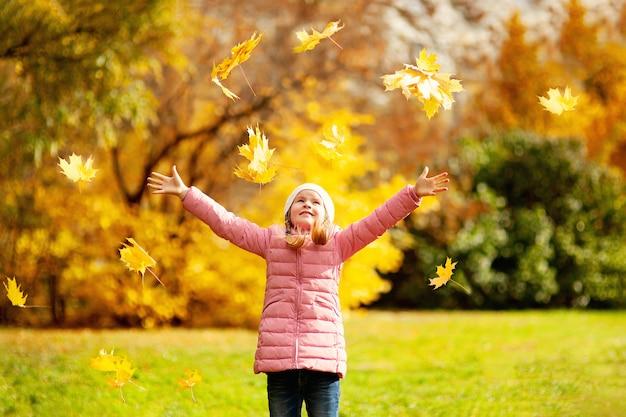 愛らしい少女と少年の美しい秋の日に屋外で Premium写真