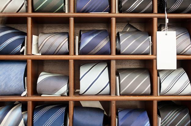 洋服店で公開されている木製の箱 Premium写真