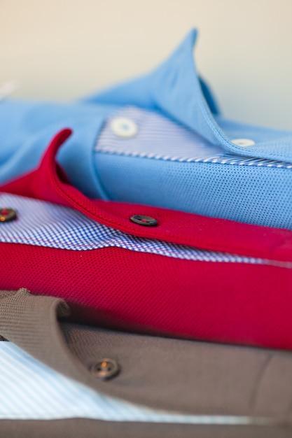 洋服屋で公開されている新しいポロシャツがたくさん Premium写真