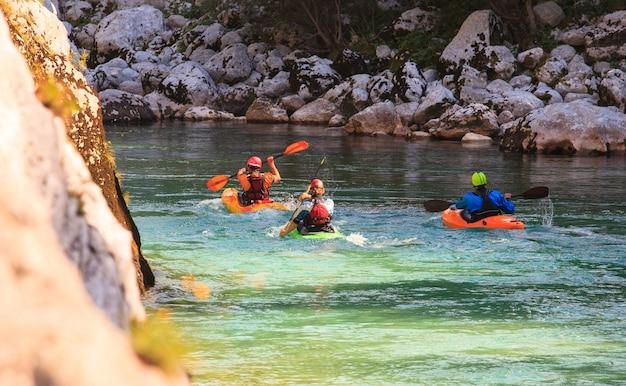 スロベニア、ソカ川でのカヤック Premium写真