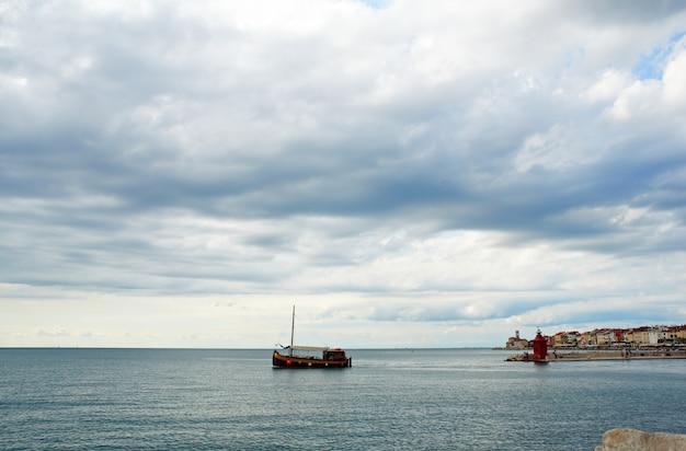 Лодка, пиран Premium Фотографии