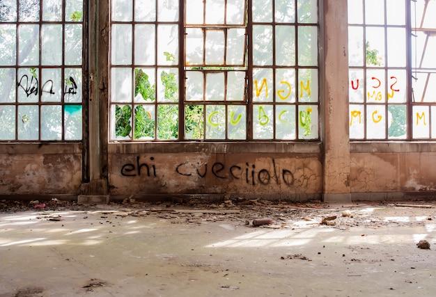 Заброшенное здание Premium Фотографии