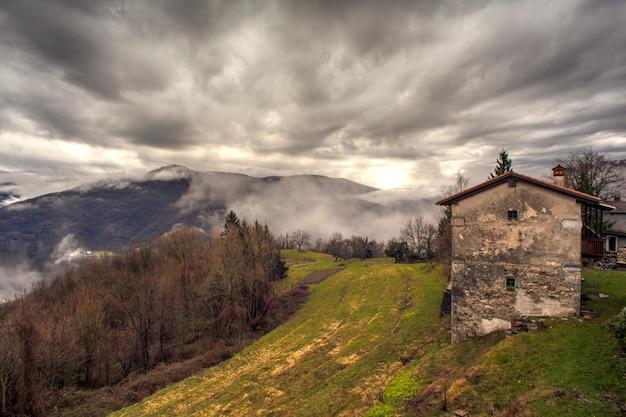 スロベニアの田舎の田舎の家 Premium写真
