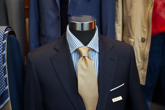 洋服店で男性のスーツ Premium写真