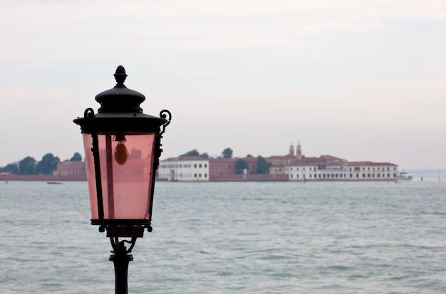 ヴェネツィアのピンクのランタン Premium写真