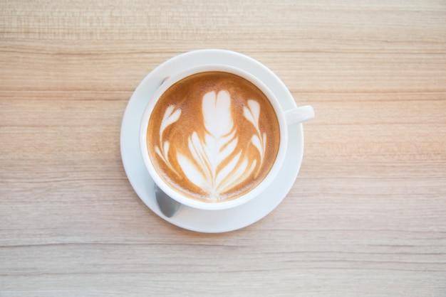 美しいラテアートとコーヒーのカップ。ラテアートコーヒーの作り方 Premium写真