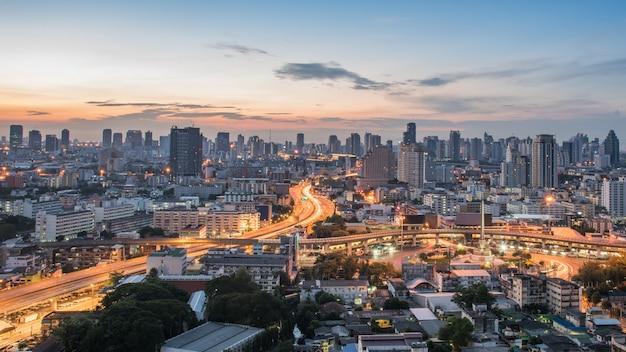Город бангкок во время восхода солнца, отель и жилая зона в столице таиланда. вид сверху: современное здание в деловом районе бангкока в городе бангкок с горизонтом в сумерках, таиланд Premium Фотографии