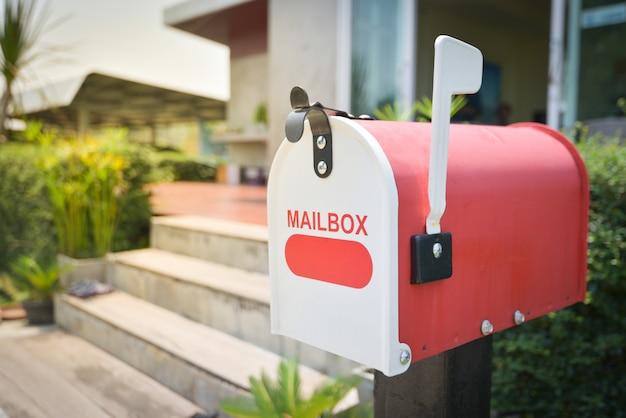 家の前に白いメールボックス Premium写真