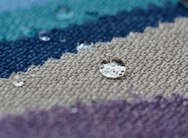 麻織物サンプルの水滴を閉じます。清潔で簡単な防水表面のコンセプト Premium写真
