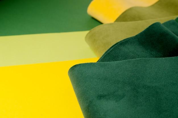 トレンディな緑と黄色のベロア繊維サンプル。 Premium写真