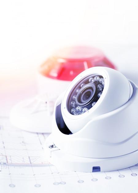 ビデオセキュリティ機器とテーブルの青写真。セキュリティサービスエンジニアリング会社に最適 Premium写真