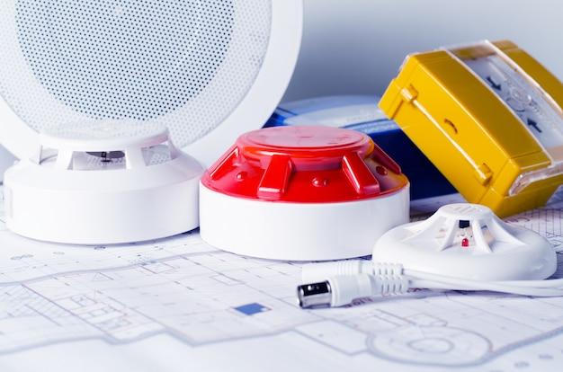 Противопожарное оборудование и план на столе. хороший для службы безопасности сайт инженерной компании Premium Фотографии