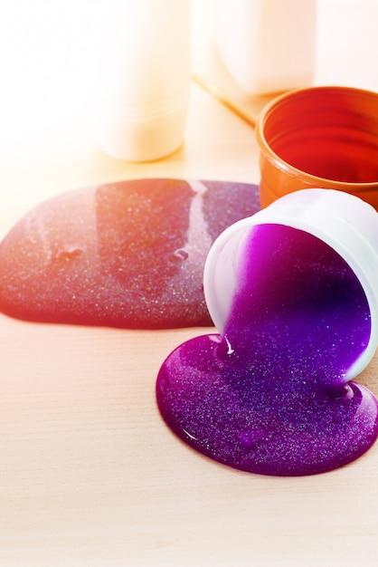Делая слизь самостоятельно. ингредиенты для приготовления яркой блестящей слизи в домашних условиях. Premium Фотографии