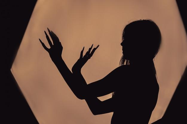 Девушка с длинными волосами ведьмы пытается поджечь себя Premium Фотографии