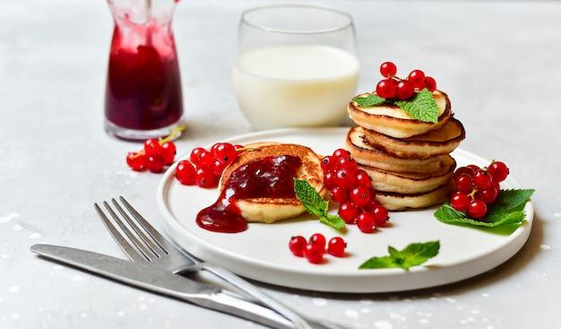 チェリージャムと赤スグリのグルテンフリーパンケーキ Premium写真