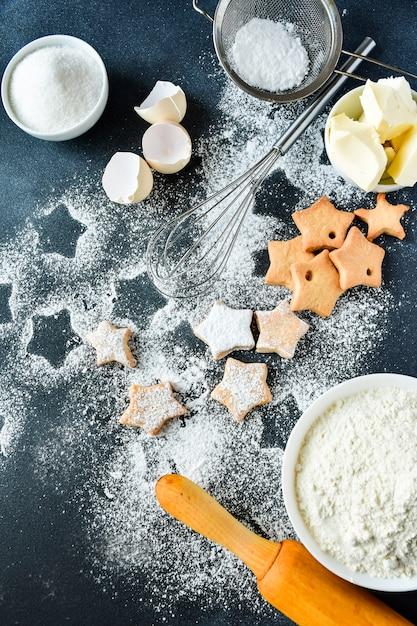 Рождественское печенье в форме звезд Premium Фотографии
