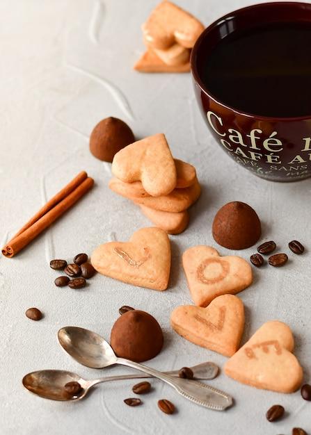ハートの形の大きなコーヒーカップとクッキー。ロマンチックな朝食、ロマンチックなバレンタインデー Premium写真