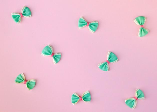 緑とピンクのボウタイ Premium写真