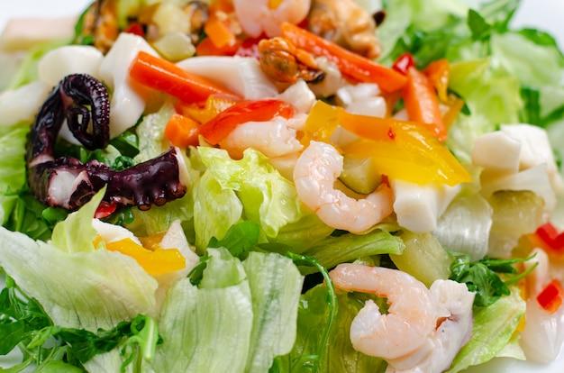 白い皿にレタスと野菜のシーフードサラダ Premium写真