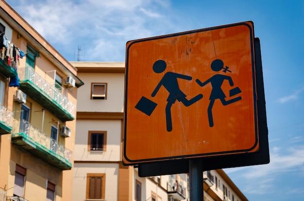 イタリアの子供たちの道路標識に注意してください。 Premium写真