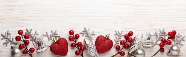 白の木に銀の赤のクリスマスプレゼント Premium写真