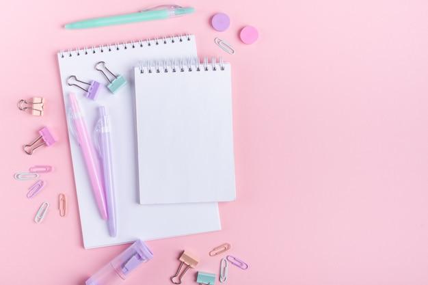 勉強してピンクの学校付属品に戻る Premium写真