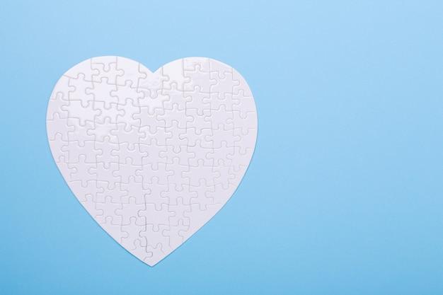 青のハートの形の白いパズル Premium写真